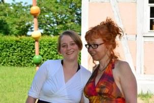 Kuratorin Nina Alice Schuchardt und Susanne Haun bei der Ausstellungseröffnung RaumZeitBegegnung (c) Foto von M.Fanke