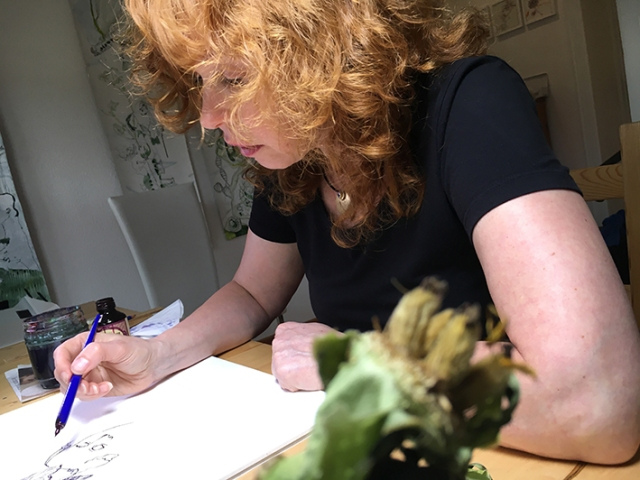 Zeichnerin Susanne Haun bei der Arbeit (c) dokumentiert von Anna-Maria Weber