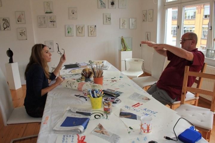 Cristina Wiedebusch und Jürgen Küster beim Diskutieren der Ausstellung Wegschütten (c) Foto von Susanne Haun