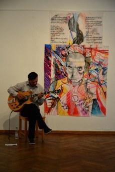 Musikalische Begleitung der Vernissage vor dem Bild von Susanna Cardelli (c) Foto von M.Fanke