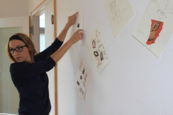 Cristina Wiedebusch beim Hängen der Ausstellung Wegschütten (c) Foto von Susanne Haun