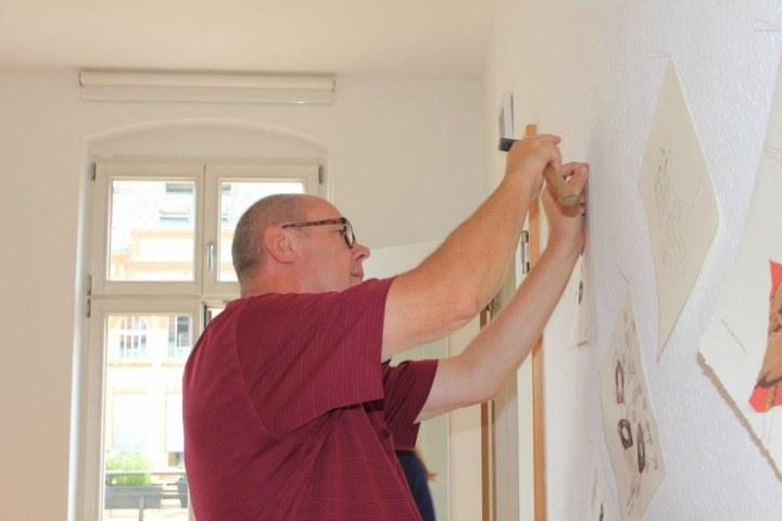 Jürgen Küster beim Hängen der Ausstellung Wegschütten (c) Foto von Susanne Haun