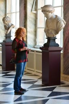 Susanne Haun zeichnend in der Ausstellung Skulptur im Semperbau (c) Foto von M.Fanke