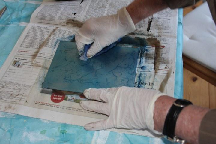 Nach dem ätzen reibt Roswitha die Zinkplatte mit Farge ein (c) Foto von Susanne Haun