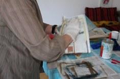Mit Zeitungspapier sort Roswitha dafür, dass die letzte Farbe ausserhalb der geätzten Linien weggewischt wird (c) Foto von Susanne Haun