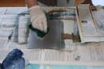 Die Zinkplatten müssen nach jedem Arbeitsschritt gesäubert werden (c) foto von Susanne Haun