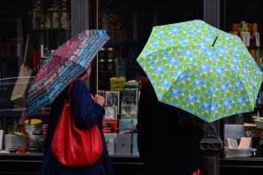 Birgit und Susanne im Regen in Augsburg (c) Foto von M.Fanke