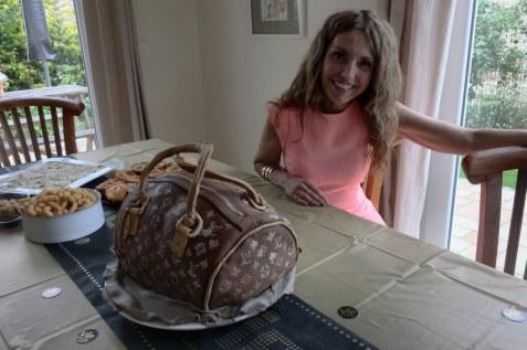 Cristina Wiedebusch (Bonadonna) präsentiert ihre Louis Vuitton Handtaschen Torte (c) Foto von Susanne Haun