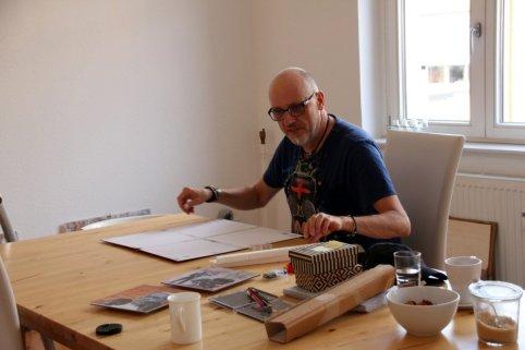 Peter Mück bereitet seine Scratchart im Salon von Susanne Haun zum Hängen vor (c) Foto von Susanne Haun