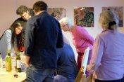 Peter Mück zeigt seine Scratchart im Salon von Susanne Haun (c) Foto von M.Fanke