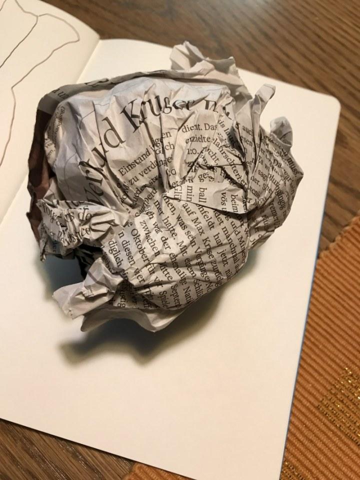 Zerknüllte Zeitung zeichnen (c) Foto von Susanne Haun