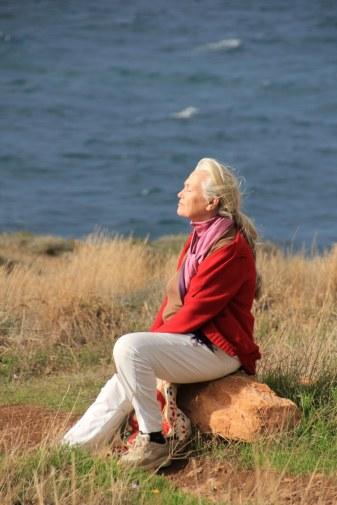 Gerda geniesst den Tag und die Sonne beim Poseidontempel auf der Attika (c) Foto von Susanne Haun