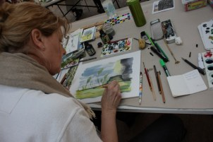 Workshop reale und surreale Welten Boesner Berlin - Ingrid Nr. 1 beschäftigt sich mit Dolden und hat sie vorher auf einem anderen Blatt probiert (c) Foto von Susanne Haun