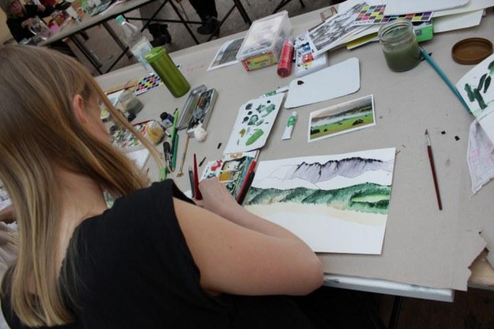 Workshop reale und surreale Welten Boesner Berlin - Ute probiert verschiedene Grüntöne (c) Foto von Susanne Haun