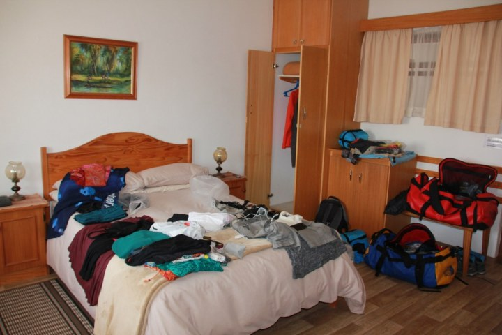 Sortieren des Tascheninhalts im Hotel (c) Foto von Susanne Haun