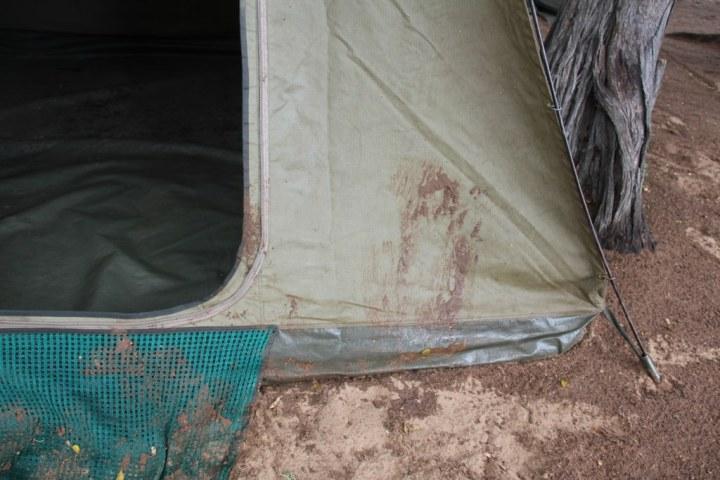 Der Campingplatz war nach dem Regen voller matschiger dunkelrotbrauner Erde (c) Foto von Susanne Haun