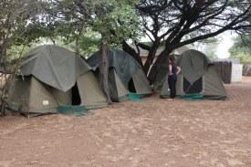 Die Zelte bekamen einen Regenschutz in Ghanzi Botswana (c) Foto von Susanne Haun