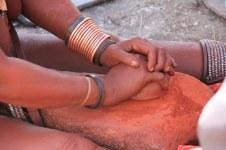 Im Himba Dorf - Herstellung von Ockerfarbe (c) Foto von Susanne Haun