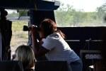 Die Chefin Lorine sucht Tiere und gibt dem Fahrer Anweisungen, wo es hingehen soll (c) Foto von M.Fanke