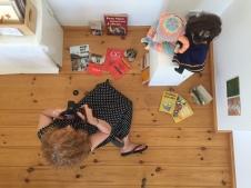 Susanne Haun dokumentiert die Installation Kuenstlerischer Umgang mit Erinnerungen (c) Foto von Doreen Trittel