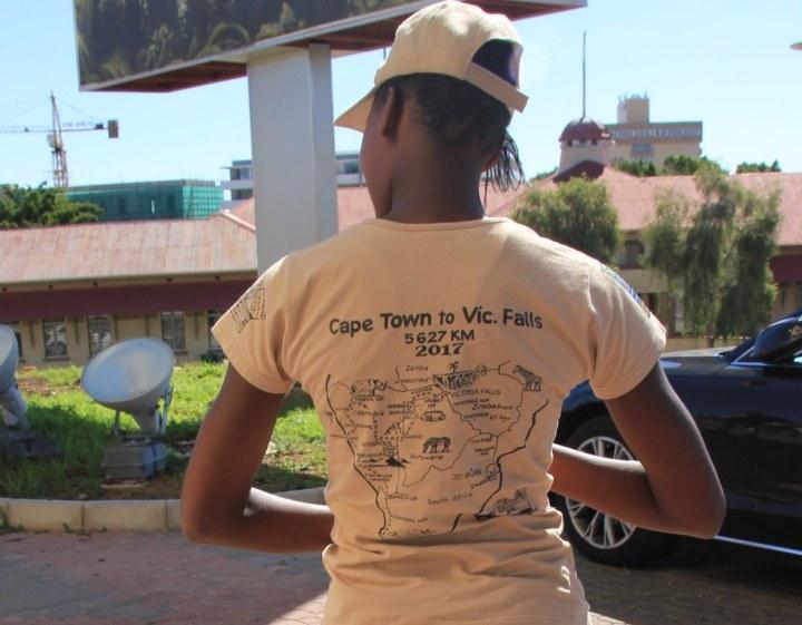 T zeigt auf ihrem Rücken unsere Tour (c) Foto von Susanne Haun