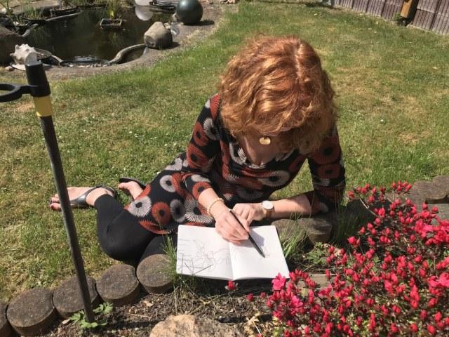 Susanne Haun beim Azalee zeichnen (c) Foto von Julian HaunSusanne Haun beim Azalee zeichnen (c) Foto von Julian Haun