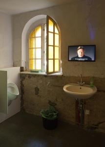 Installation in der Herrentoilette. © Ludger Paffrath, Courtesy Ebensperger Berlin/Salzburg