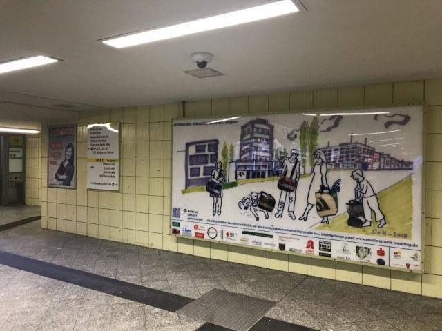 U-Bahnhof Leopoldplatz - Plakat der Standortgemeinschaft Müllerstrasse e.V. (c) Foto und Zeichnung von Susanne Haun