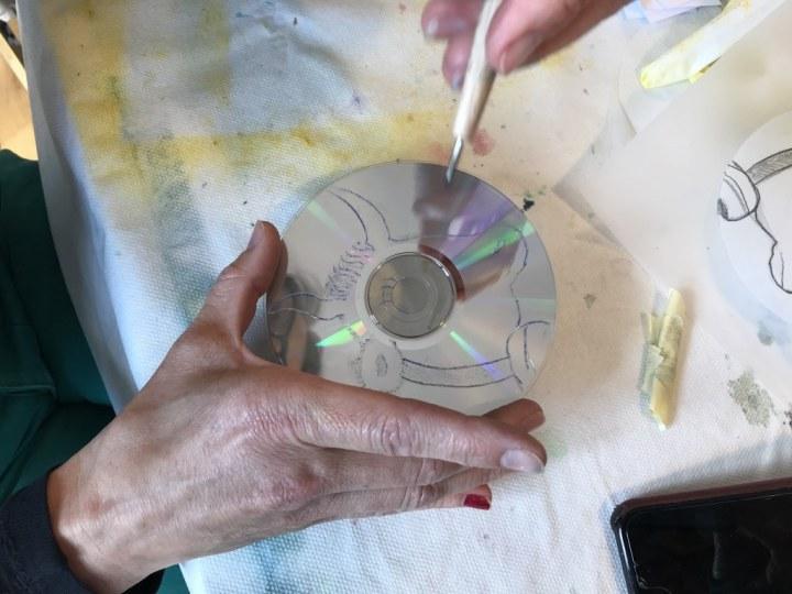Elke beim Erstellen der CD im Seminar Druckgraphik bei (c) Susanne Haun