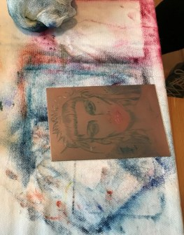 Meike wischt ihre Platte in unterschiedklichsten Farben aus (c) Foto von Susanne Haun