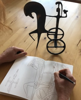 Susanne Haun zeichnet Athena auf dem Wagen (c) Foto von M.Fanke