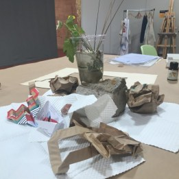Das vorbereitete Stillleben ist schon die erste Kunst für den Workshop Susanne Haun bei Boesner in Leipzig (c) Foto von M.Fanke