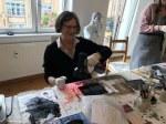 Workshop Radierung im Atelier - Claudia beim Arbeiten - Dozentin Susanne Haun (c) VG Bild Kunst, Bonn 2018