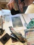 Workshop Radierung im Atelier - Elke bestäubt die Zinkplatte mit Kolophonium - Dozentin Susanne Haun (c) VG Bild Kunst, Bonn 2018