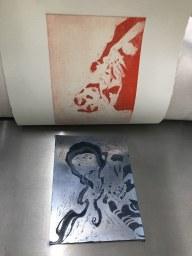 Workshop Radierung im Atelier - Meike Lander - Ergebnis Aquatinta blaue und rote Platte - Dozentin Susanne Haun (c) VG Bild Kunst, Bonn 2018.JPG