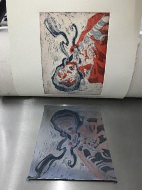Workshop Radierung im Atelier - Meike Lander Ergebnisse 1. und 2. Farbplatte blau - Dozentin Susanne Haun (c) VG Bild Kunst, Bonn 2018