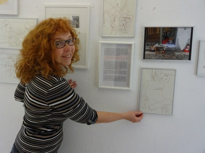 Café Motte, Impressionen Ausstellungseröffnung Querbrüche Obdachlos, Susanne Haun beim Hängen ihrer Zeichnungen © Foto von Meike Lander