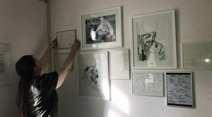 Café Motte, Impressionen Ausstellungseröffnung Querbrüche Obdachlos, Meike Lander beim Hängen ihrer Zeichnungen © Foto von Susanne Haun