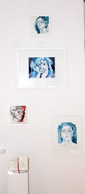 Hängung Selbstportraits Susanne Haun beim 19. Kunstsalon vom Fluiden ins Karmische (c) VG Bild-Kunst , Bonn 2019.