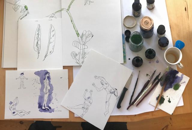 Beim Zeichnen der Figuren für den Inuit Mythos, Foto von Susanne Haun (c) VG Bild-Kunst, Bonn 2019