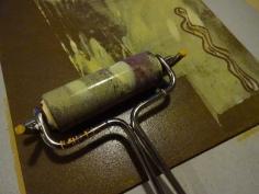 Die Platte wird für den ersten Druck mit gelber Linoldruckfarbe eingerollt, Foto von Susanne Haun (c) VG Bild-Kunst, Bonn 2019