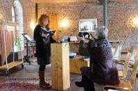 Aufbau der Präsentation Eiswelten - Susanne Haun und Roswitha Mecke (c) Foto von M.Fanke