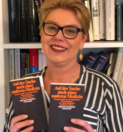 Monja Schünemann und das Buch Auf der Suche nach einer anderen Medizin (c) Monja Schünemann