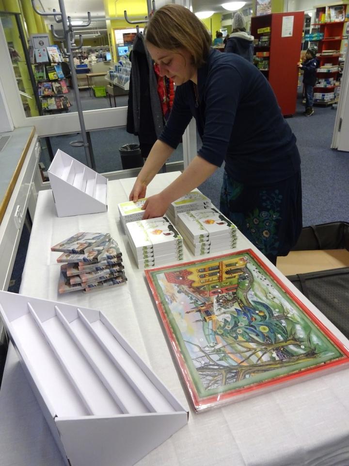 Nina Alice Schuchardt beim Aufbauen ihrer Präsentation in der Bilbliothek am Schäfersee (c) Foto von Susanne Haun