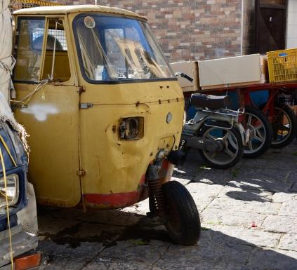 In Neapel gibt es ein buntes Gemisch an Autos (c) Foto von M.Fanke