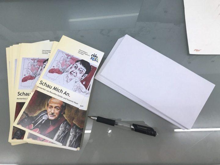 Einladungen für die Ausstellung Schau mich an versenden, Foto von Susanne Haun (c) VG Bild-Kunst, Bonn 2019