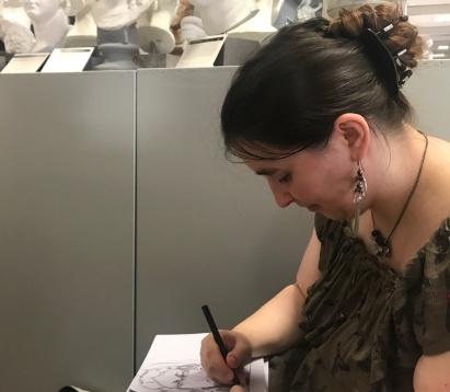 Meike Lander zeichnend in der Abgusssammlung, Foto von Susanne Haun (c) VG Bild-Kunst, Bonn 2019