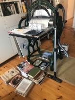 Alltag im Atelier Susanne Haun - Staubsaugen (c) VG Bild-Kunst, Bonn 2019