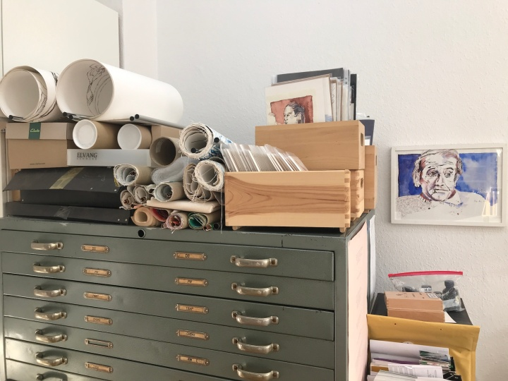 Alltag im Atelier Susanne Haun - Zeichnungen in die richtigen Fächer legen (c) VG Bild-Kunst, Bonn 2019