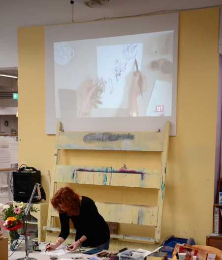 Susanne Haun führt bei Boesner Hannover ihre Kunst vor (c) Foto von M.Fanke